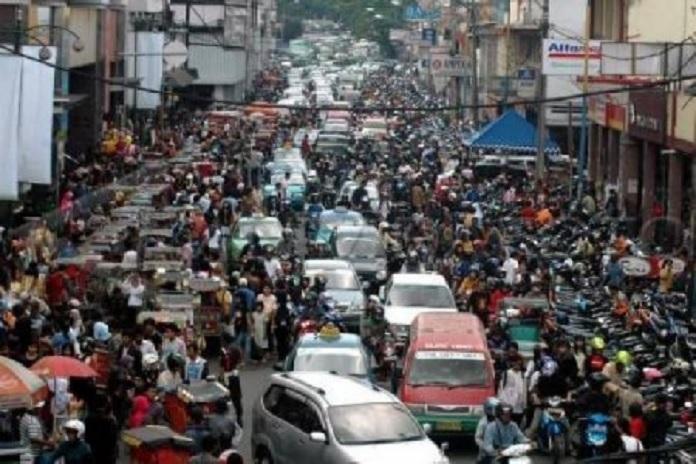 ruas jalan sebagai tempat parkir