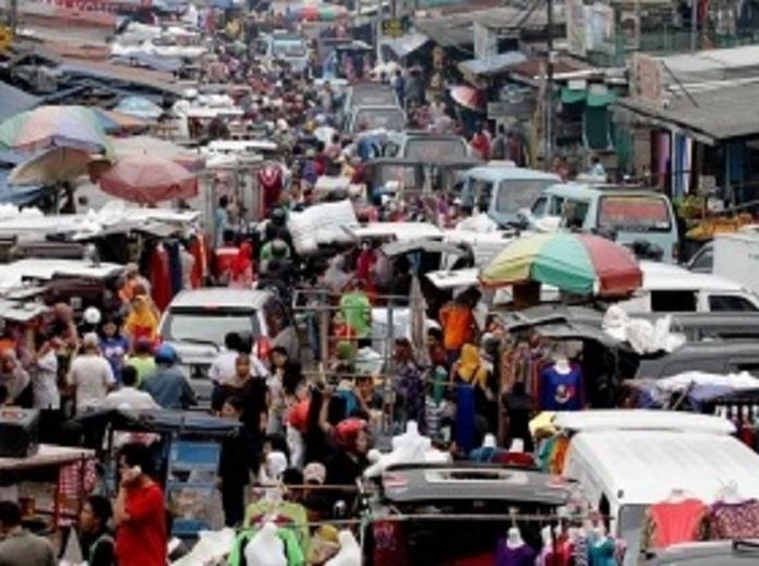 ruas jalan yang berubah menjadi pasar