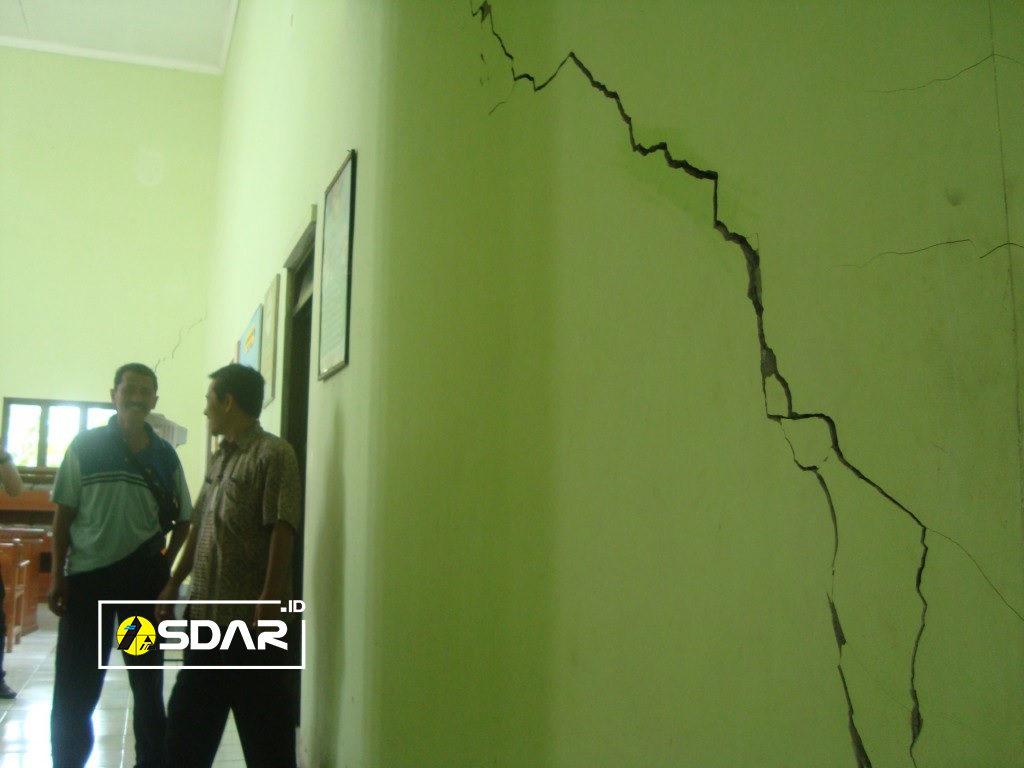keretakan dinding karena tidak ada kolom praktis
