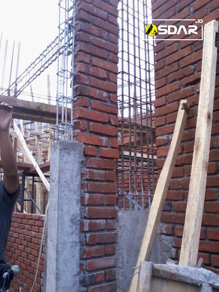 pemasangan kolom praktis pada dinding bangunan